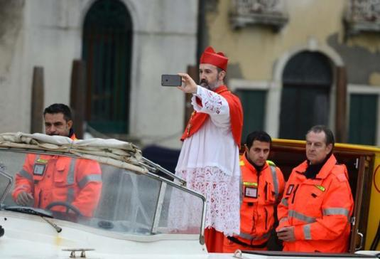 Set del film di Sorrentino in Canal Grande, il cardinale in ambulanza.